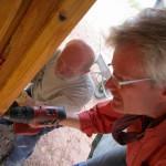 Ernie und Reinhold beim Montieren der Außenbretter