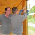 Fenstertüren werden befestigt