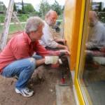 Reinhold und Ernie beim Montieren des letzten Wandbrettes