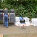 Stühle und Zelte abladen