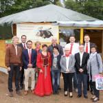 Gruppenbild vor Bienen-InfoWabe mit Hauptunterstützer regionale REWE-Kaufleute