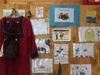 Kinderzeichnungen und Imkertracht