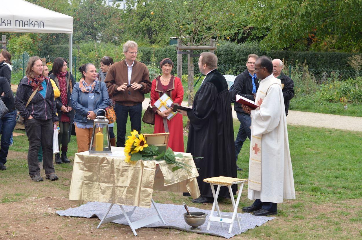 Die Weihe der Bienen-InfoWabe durch Pfarrer Mathias Später und Pfarrer Solomon Sahayaraj
