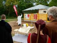 Haussegnung der Bienen-InfoWabe am 20.09.2015, hier durch Pfarrer Solomon Sahayaraj