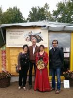 Simone Machinek, Reinhold Burger, Ilona Munique und Michael Metzner bei der Buchspendenübergabe vor der Bienen-InfoWabe