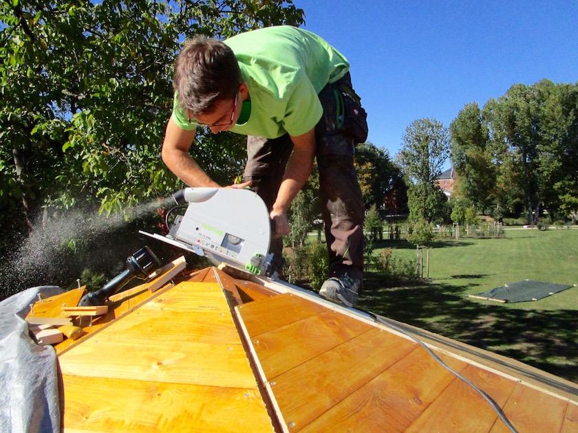 Schwindelfreier Jonathan auf der Dachspitze der Bienen-InfoWabe
