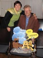 """Ilona Munique und Reinhold Burger freuen sich über den neuen """"Bienenweg"""" in Bamberg (21.10.2015)"""