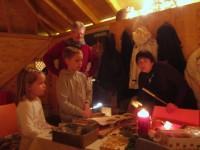 Kleine Gäste beim Wabenausstechen