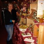 Gabi Loskarn hilft am Weihnachtsstand