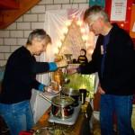 Gabi und Reinhold beim Getränkeausschank