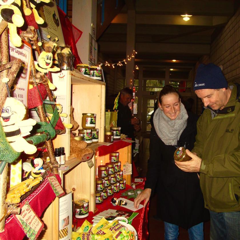 Lecker-Bäcker Thomas Loskarn mit Tochter beim Honigkauf an unserem Stand