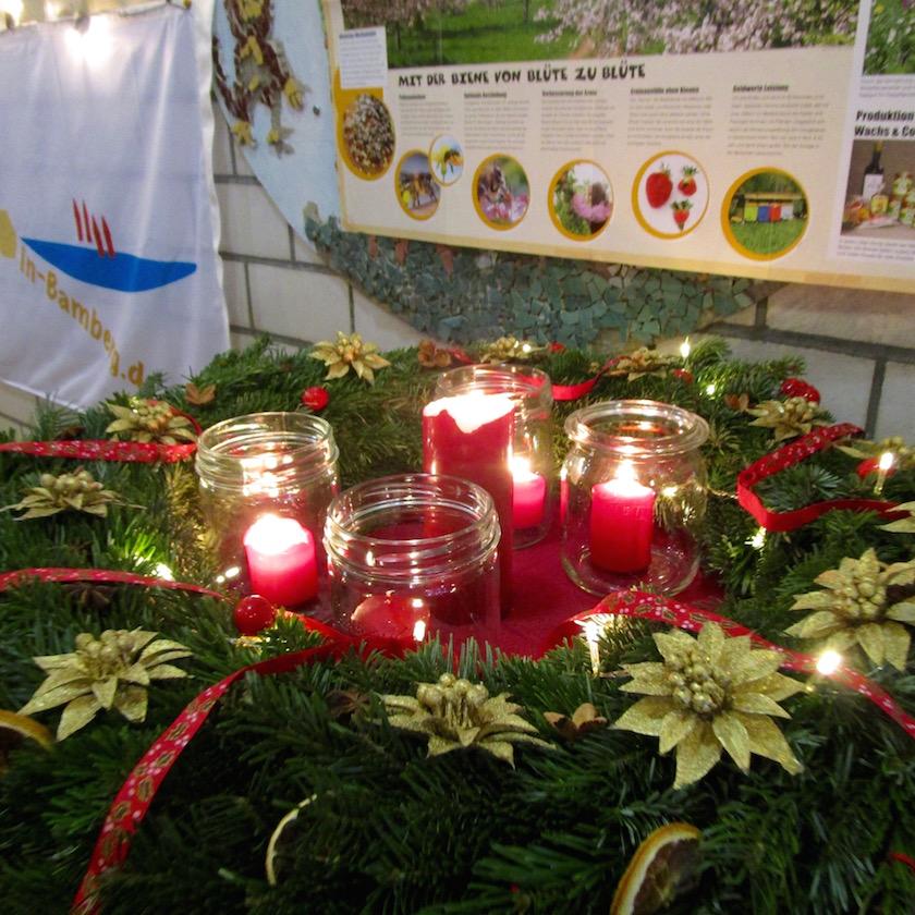 Adventskranz zum Weihnachtsmarktstand