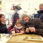 Familie beim Wachsanhänger basteln