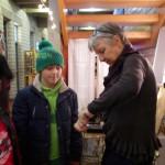 Gabi hilft beim Fackelbasteln