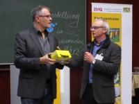Honig für den Referenten Klaus Körber, überreicht von Dr. Stefan Berg