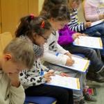Schüler lösen ein Pflanzenrätsel