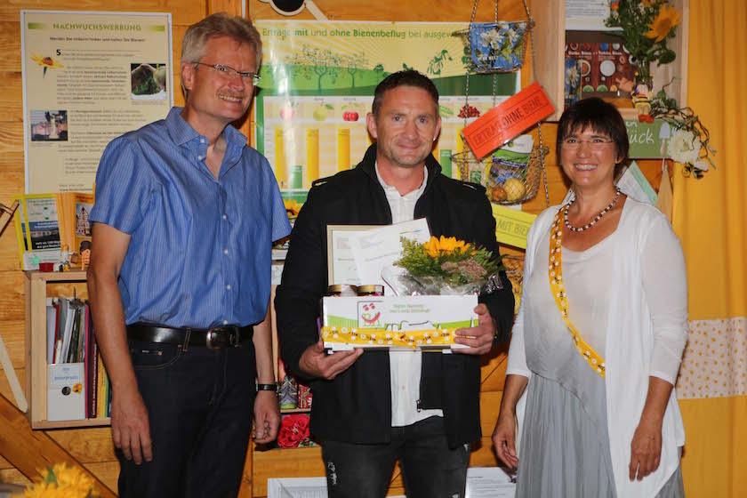 """1. Preisträger """"Honiggold"""", Übergabe an Michael Gerencser für die Stadt Bambereg, Garten- und Friedhofsamt"""