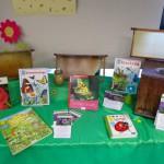 Der Insektentisch in der Stadtbücherei Baunach zum Nachhaltigkeitstag