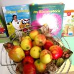 Apfelkorb und Bücher