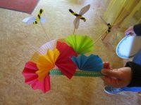 Bunt und fröhlich – Papptellerwiesenblumen mit Bienen