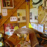 Gemütlicher Leseecken-Korbstuhl in der Bienen-InfoWabe