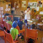 Schulbienenunterricht für die Lichteneiche-Klasse 1b in der Bienen-InfoWabe