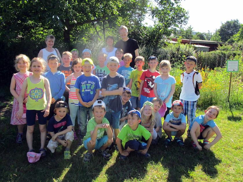 Gruppenfoto zum Schulbienenunterricht für die Lichteneiche-Klasse 1b