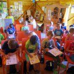 Schulkinder mit Rätselblatt