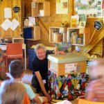Reinhold zeigt das Einflugloch im Schulbienenunterricht für die Lichteneiche-Klasse 1b