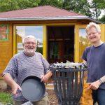 Bernhard und Reinhold montieren den tausendschraubigen Grillkorb