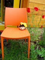 SaBiene wartet an der Bienen-InfoWabe auf die Schüler
