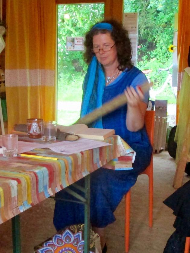 Elke Puchtler begleitet ihre Lavendelgeschichten mit einem Rainstick