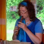 Elke Puchtler begleitet ihre Lavendelgeschichten mit der Blockflöte