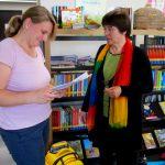 Frau Zenk erhält weiterführendes Schulbienenmaterial zur Nacharbeit