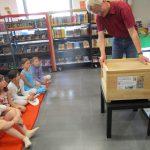 Reinhold zeigt Lehrbienenbeute