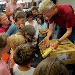 Reinhold zeigt Fotorähmchen der Lehrbienenbeute
