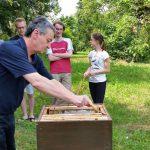 Professor Drechsel zieht Honigwabe