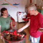 Reinhold erläutert die Finessen des Honigschleuderns