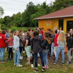 Auf dem Weg zum Lehrbienenstand mit der 7. Klasse der Maria-Ward-Realschule Bamberg