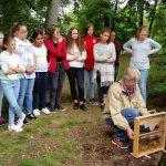 Am Lehrbienenstand des Erba-Parks mit der 7. Klasse Maria-Ward-Realschule Bamberg