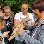 Bienenstreicheln am Lehrbienenstand des Erba-Parks mit der 7. Klasse Maria-Ward-Realschule Bamberg