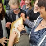 Honigschlecken am Lehrbienenstand des Erba-Parks mit der 7. Klasse Maria-Ward-Realschule Bamberg