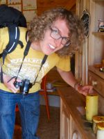 Julian Megerle interessiert sich für die Bienenwachskerze