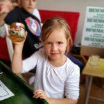 Kind mit ersten, selbstgeernteten und -verarbeiteten Honig!