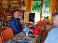 Abschlussgespräch zu den Umgriffarbeiten mit Michael Gerencser, Gartenamt, in der Bienen-InfoWabe