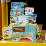 Kinderbücher im Schaufenster der Bienen-InfoWabe