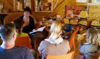 Vorlesen in der Bienen-InfoWabe mit der Bamberger Schulbienee