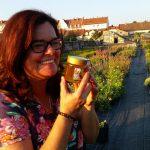 Bienenpatin Carmen Dechant ist glücklich über ihren Patenhonig