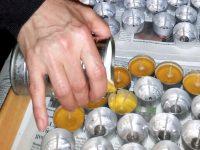 Bienenwachs in Teelichthüllen eingießen
