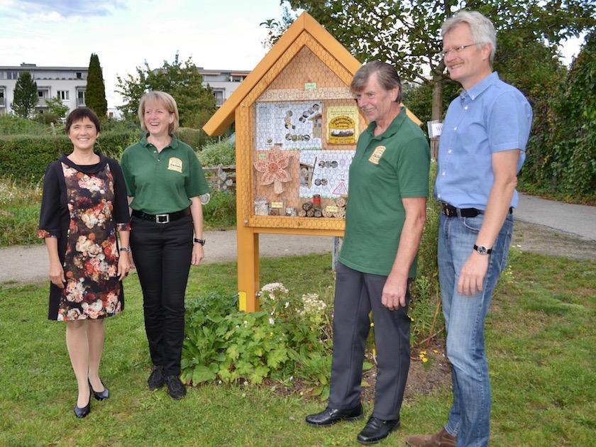 Wildbienenhotel vom Imkerverein Scheßlitz und Umgebung e. V., hier mit Cornelia Schecher und Herbert Beck (in grünen Vereins-T-Shirt)